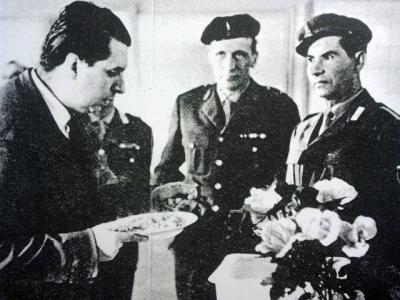 Emilio De' Rossignoli assaggia il rancio nella caserma di Casale Monferrato. «Settimo giorno», 11 aprile 1961.