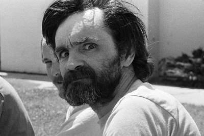 Estate '69, ottobre '69 - maggio e luglio '70: l'ombra psichedelica di Charlie Manson nei romanzi di Laura Toscano