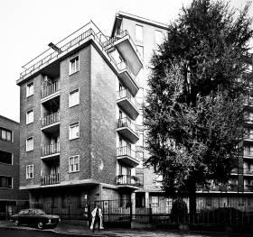 Il condominio al n. 2 di via De La Salle a Milano, dove abitava Emilio De' Rossignoli, in una rielaborazione che ci porta indietro nel tempo...